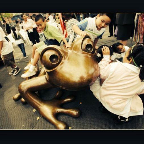 Tim Cotterill's bronze frog in NYC