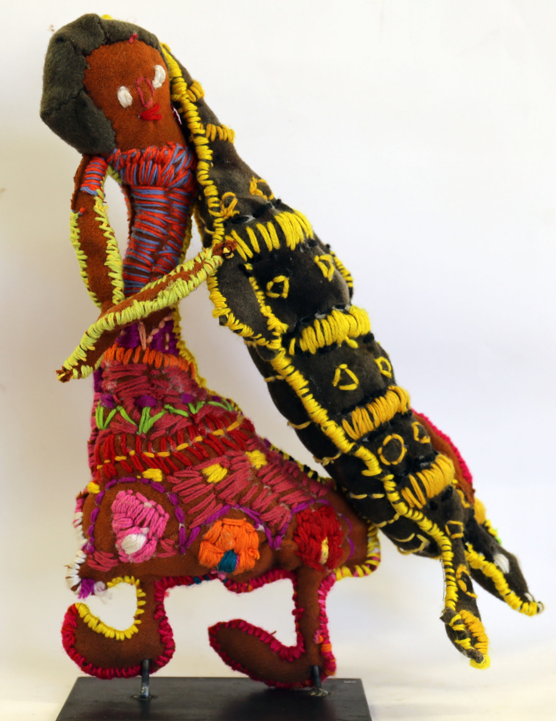 Trudy-Inkamala_Woman-with-Goanna_Cat77-18_woollen-blanket-knitting-wool-cotton-metal-stand_46x32x9cm